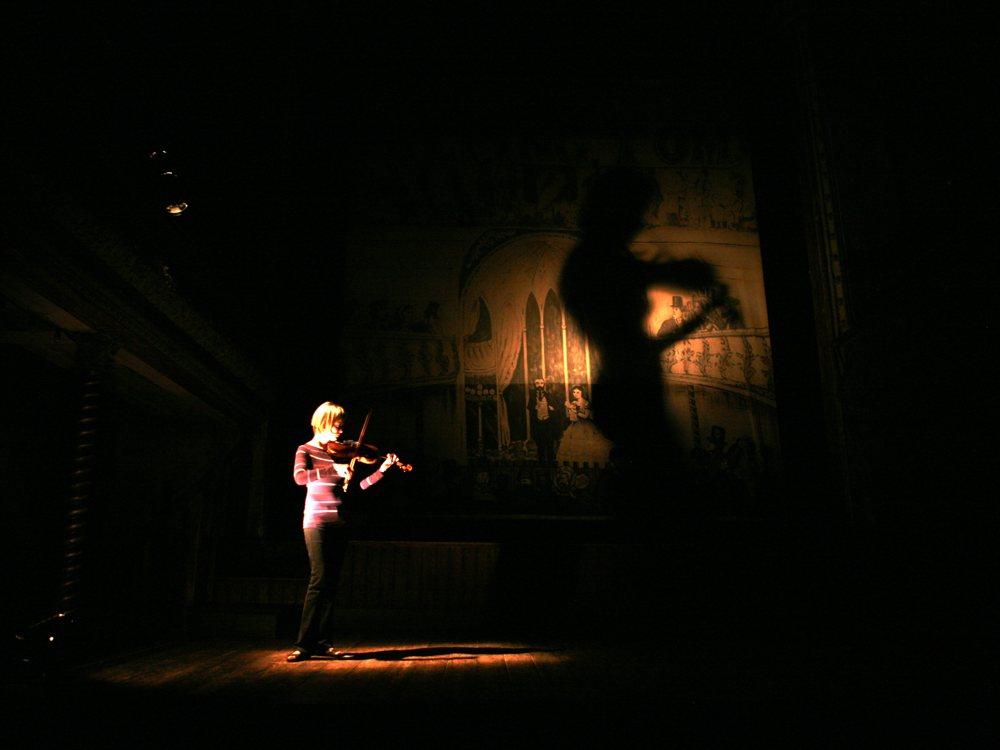 haunting-houses-2011-001-alina-ibragimova-playing-violin-on-stage_1000x750